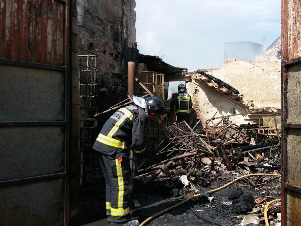 El incendio ha comenzado en un almacén situado en la calle Muntadas que estaba lleno de todo tipo de materiales inflamables.