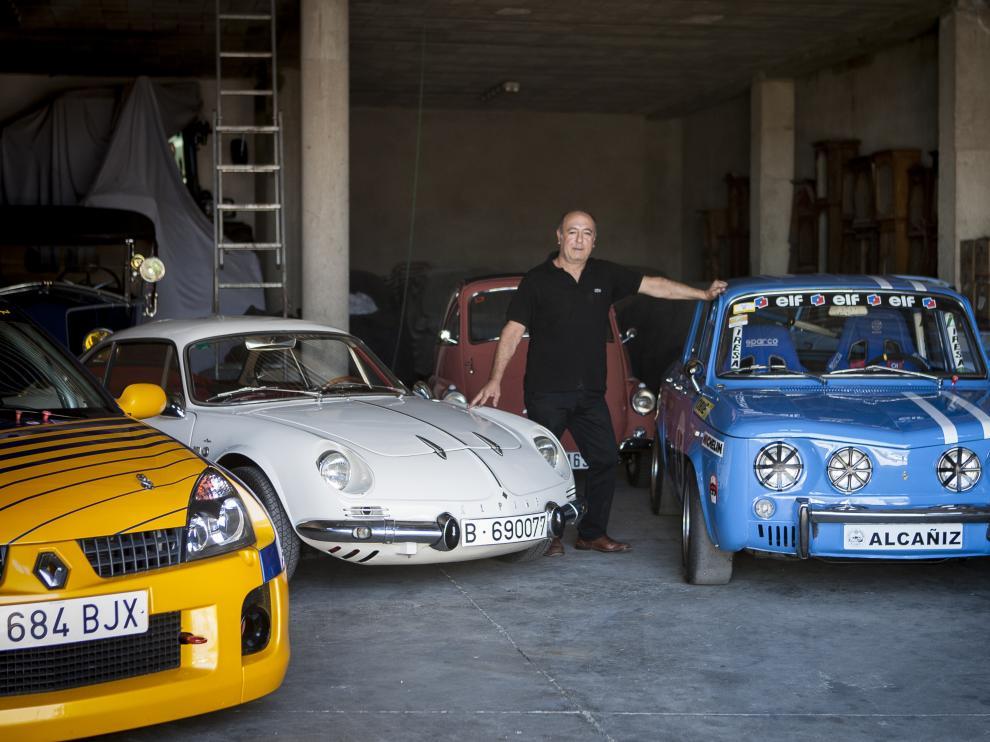 Ángel Martínez, con algunos de sus vehículos