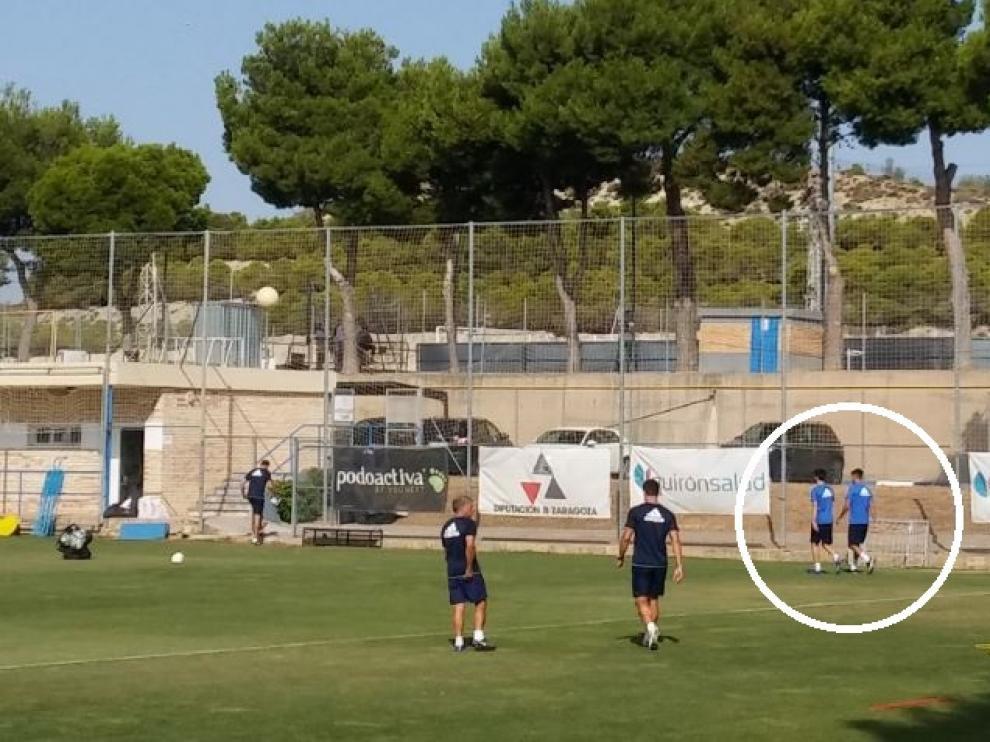 Lanzarote, junto a Bedia (dentro del círculo), acuden al vestuario tras ser llamados para asistir a una breve charla previa al inicio del entrenamiento de este miércoles. Después, se irían al gimnasio.