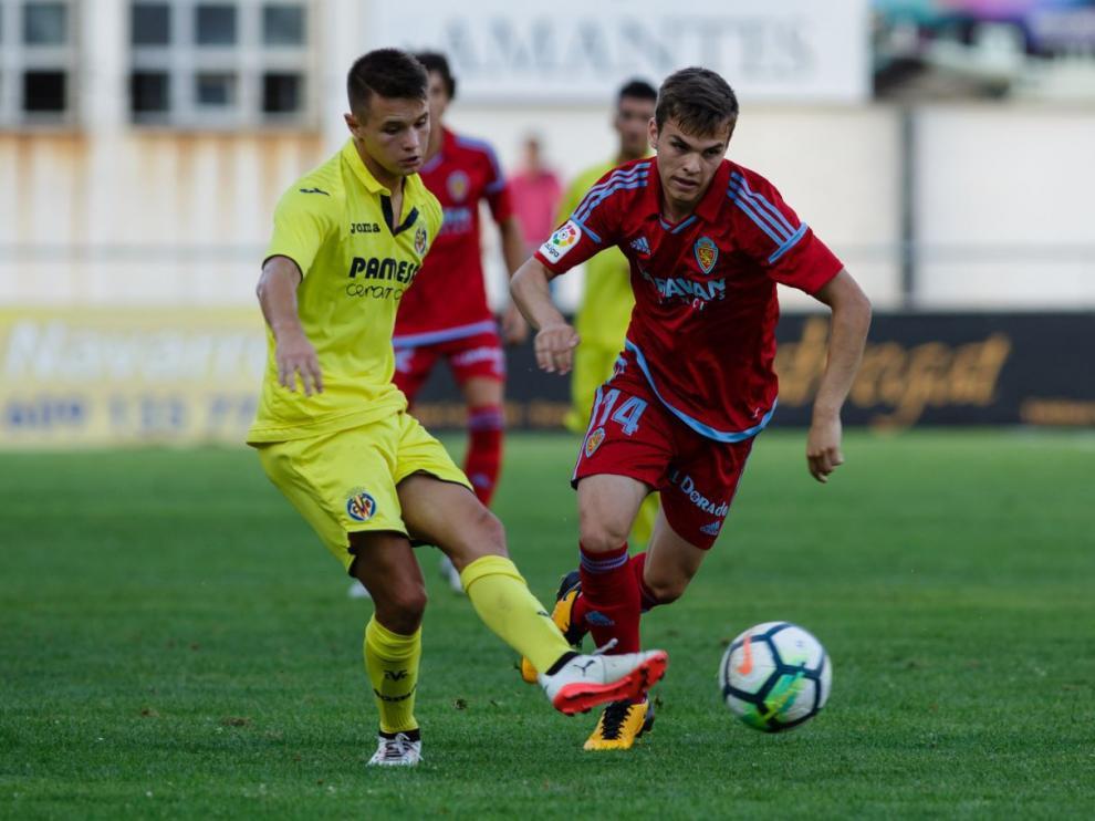 Aleix Febas, nuevo centrocampista del Real Zaragoza, pugna con un rival del Villarreal B el pasado miércoles en el amistoso de Teruel.