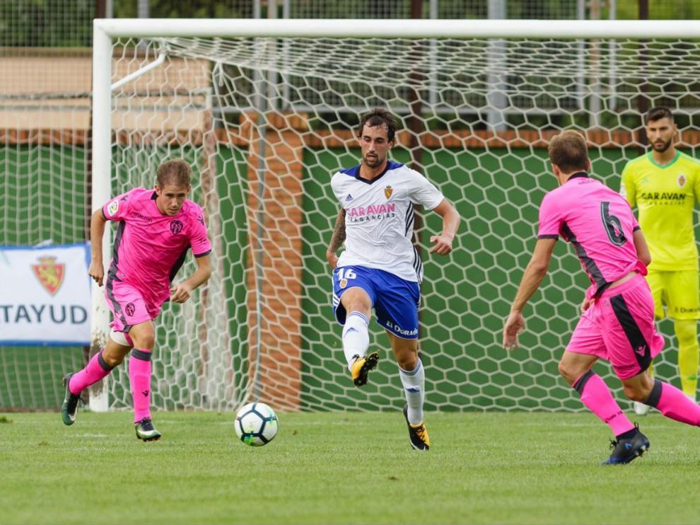 Esta imagen de Eguaras en Pinilla resume su gran partido ante el Levante este sábado. El medio centro del Real Zaragoza saca la pelota jugada desde atrás, montando un ataque con un pase con el exterior del pie derecho.