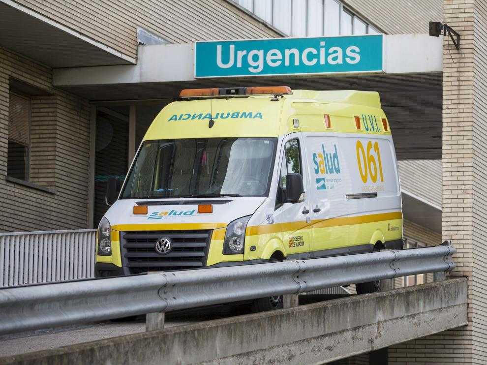 Una ambulancia de transporte sanitario urgente sale del hospital Miguel Servet.