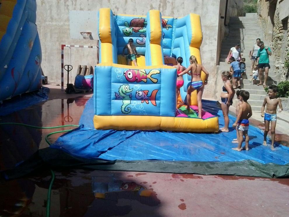 Los niños de Cuevas de Cañart disfrutaron de los castillos acuáticos en las fiestas de la localidad.