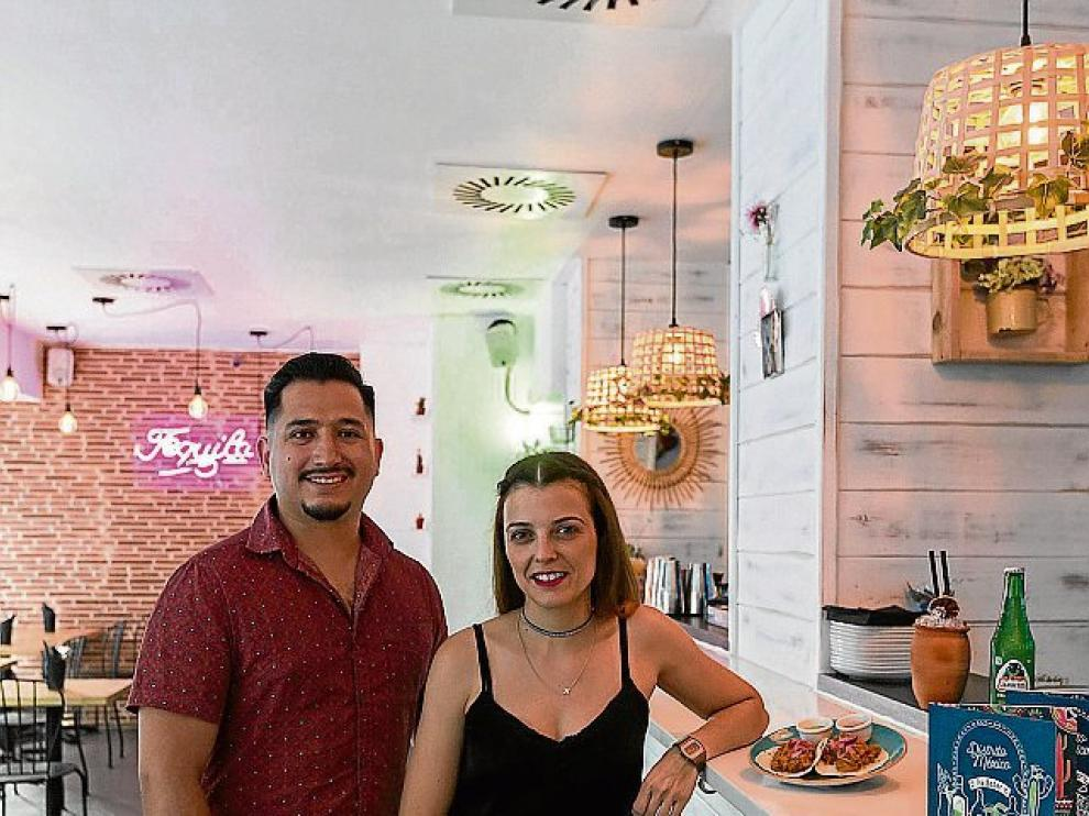 Jorge Escalante y Esther Layo muestran uno de los platos que sirven en Distrito México.