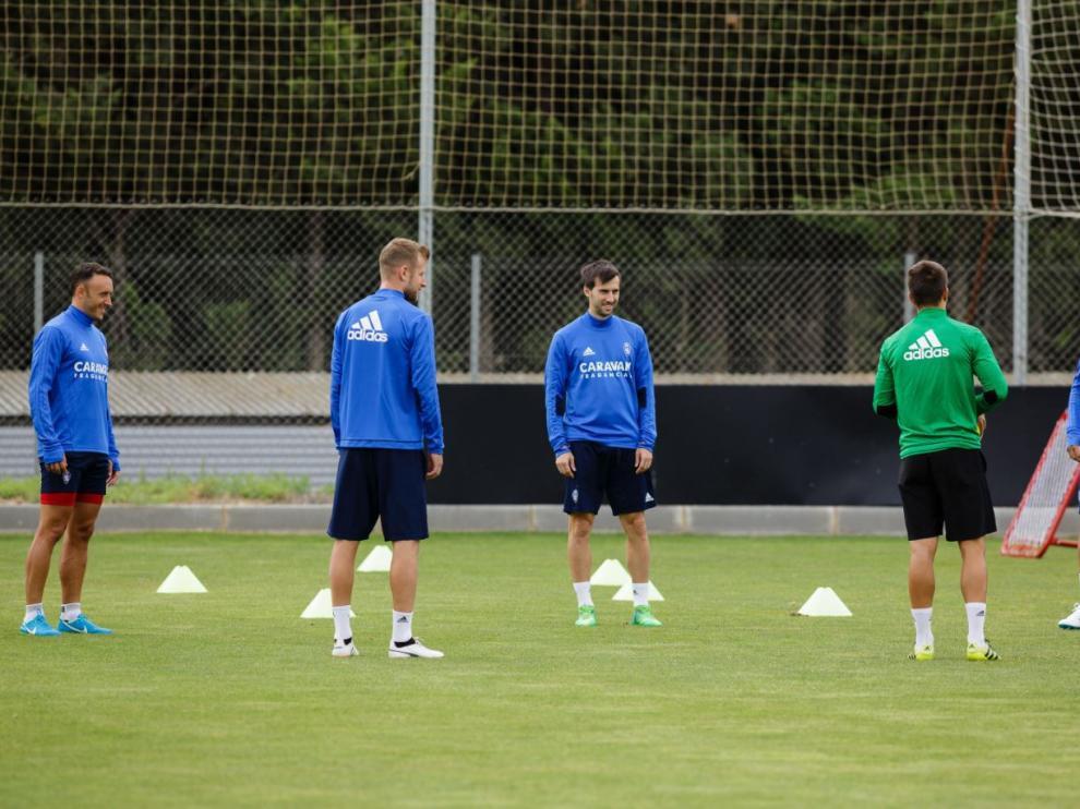 Los cinco jugadores descartados del Real Zaragoza, entrenándose juntos, a solas, en un córner del campo en la mañana de este miércoles.