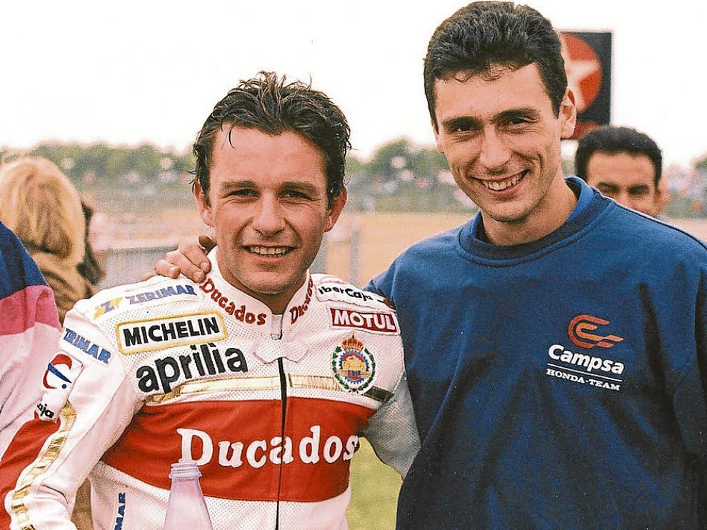 Maurel (i), tras ganar el Europeo, con su gran amigo Javier Ullate, mecánico en los inicios el piloto. archivo
