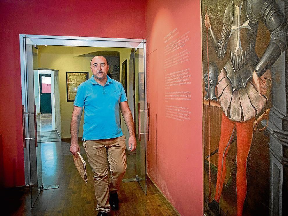 José Félix Lajusticia, en museo de Munébrega junto al lienzo de Juan Fernández de Heredia.