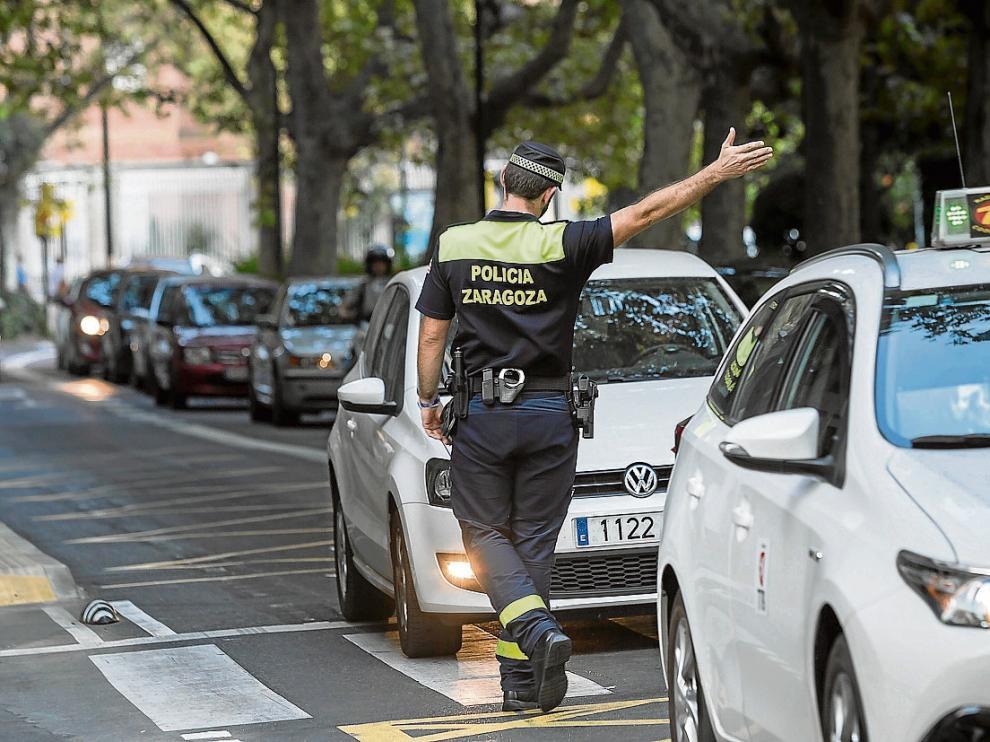 Un agente controla la circulación en el paseo de la Constitución, en pleno centro de Zaragoza.