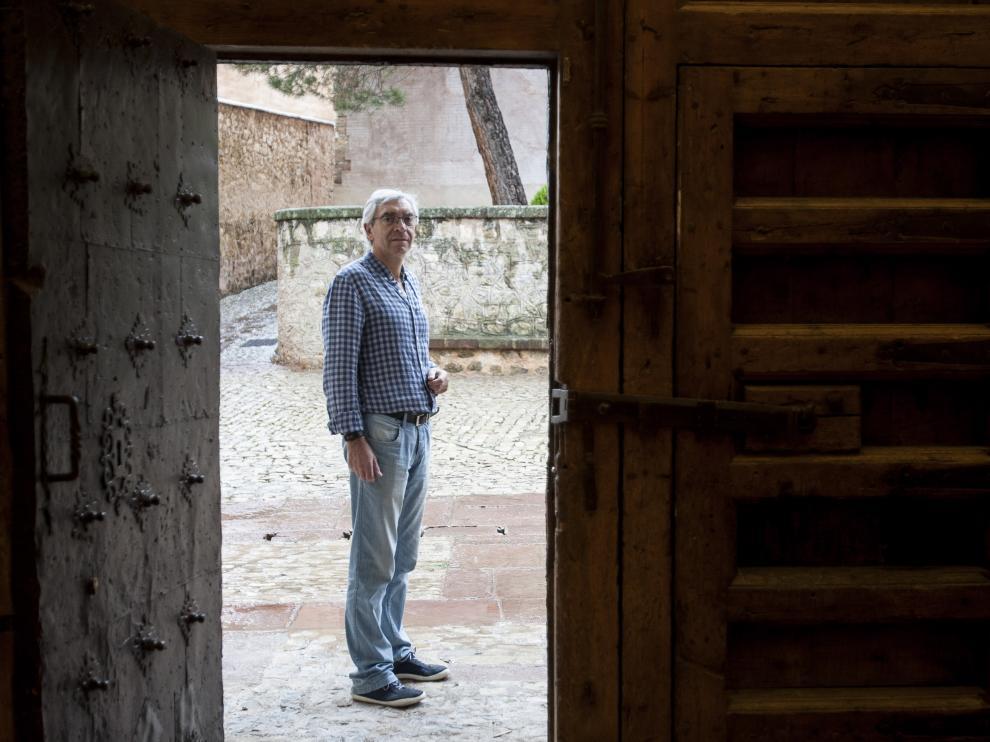 Antonio Jiménez, en la puerta de la catedral de Albarracín.