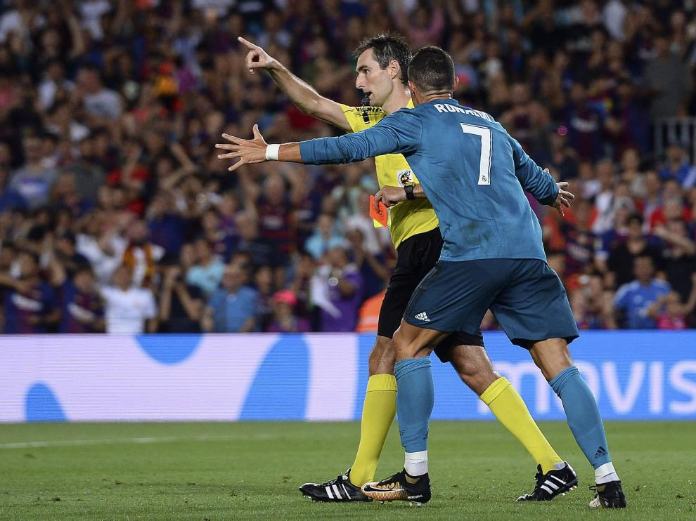Cristiano Ronaldo protesta airadamente su expulsión al árbitro Ricardo de Burgos Bengoechea.