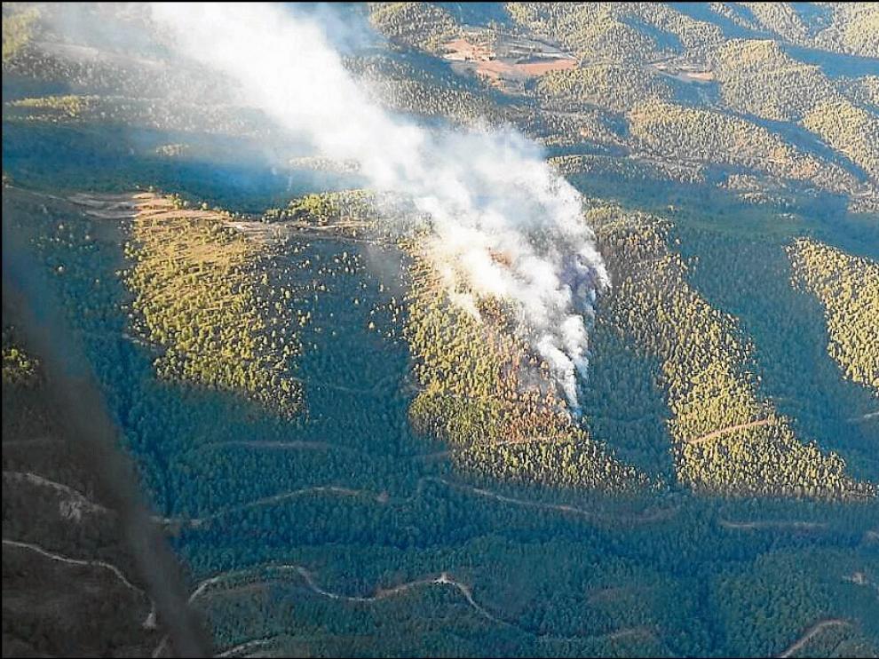 El incendio amenazó un extenso pinar en el municipio de Las Peñas de Riglos.
