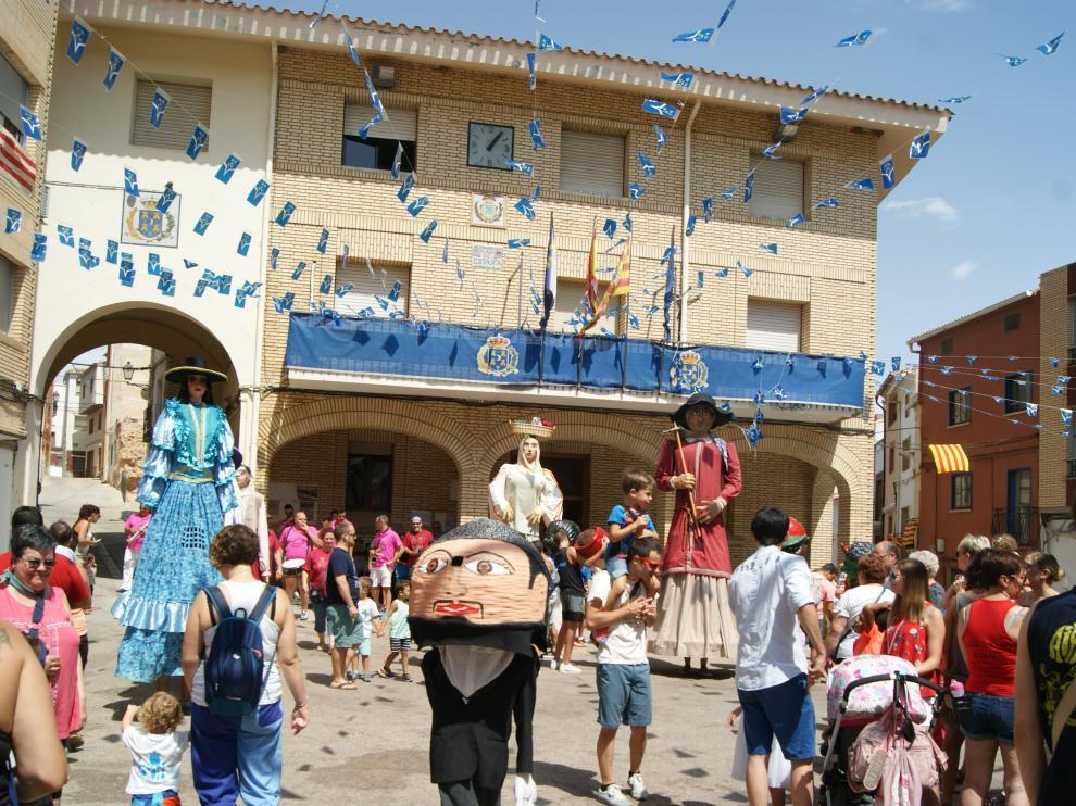 La puebla de Híjar baila con sus gigantes moriscos.