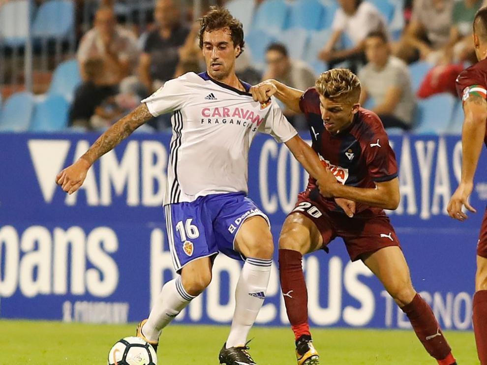 Íñigo Eguaras, pelea la pelota con un rival en el Real Zaragoza-Eibar del pasado sábado en La Romareda.