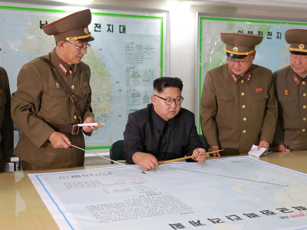 Kim Jong Un con varios mandos militares del régimen norcoreano.