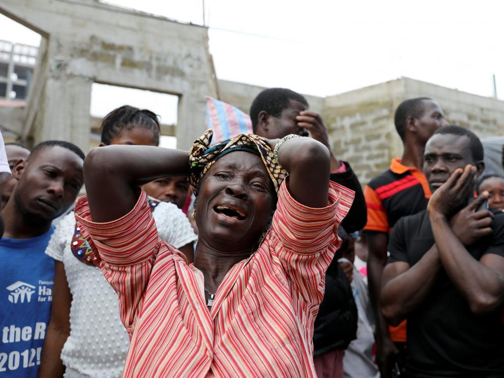 Una mujer llora en Freetown.