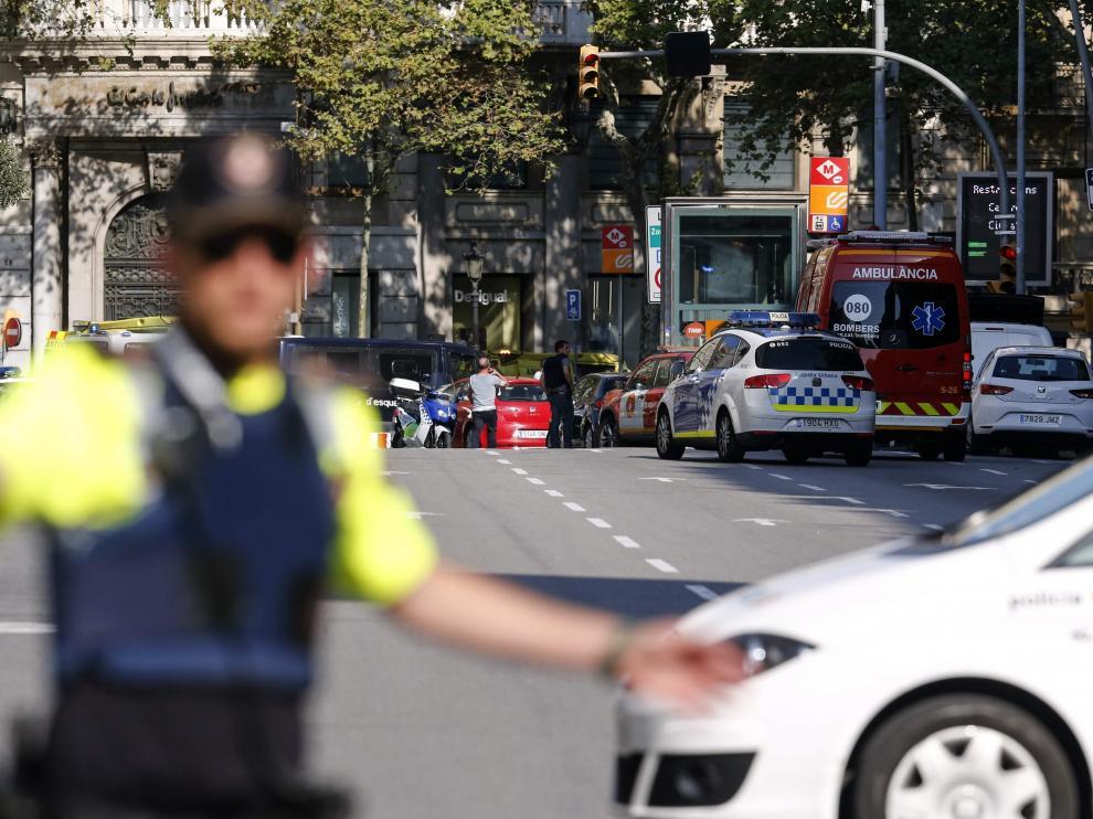 Un agente ante la zona acordonada este jueves tras el atentado.