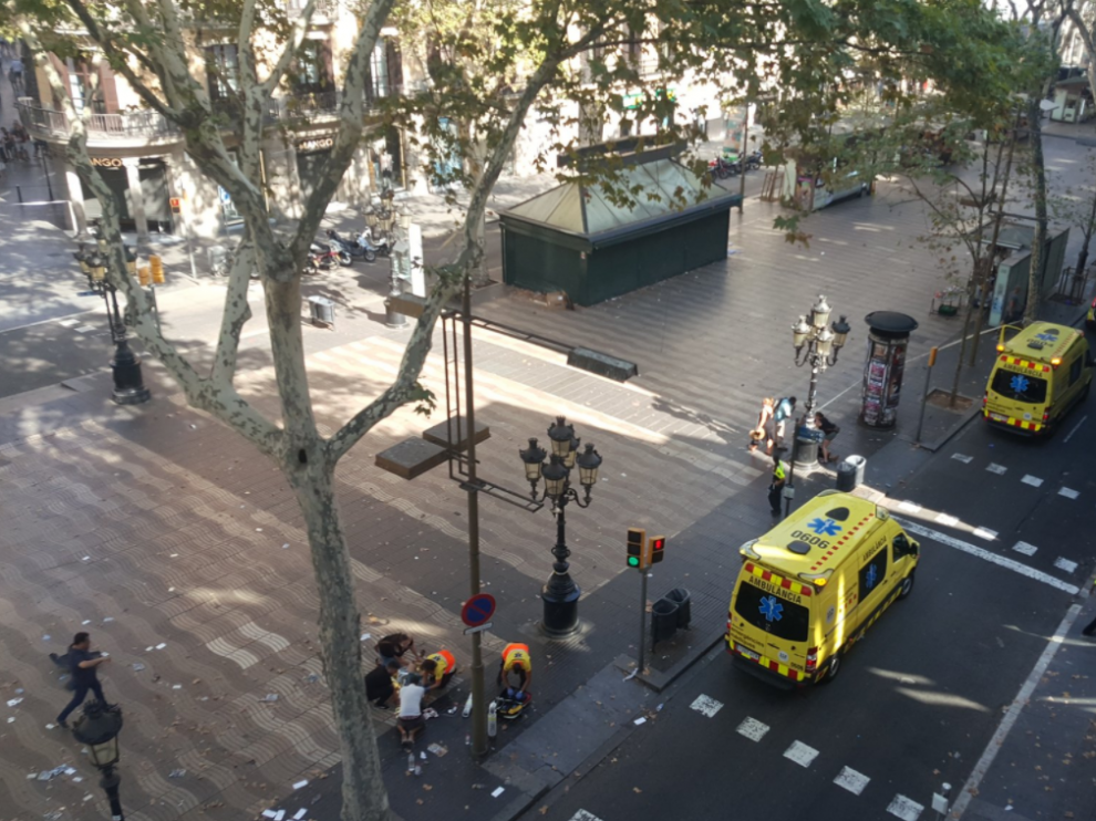Efectivos de emergencia en las Ramblas tras el atropello múltiple en Barcelona.
