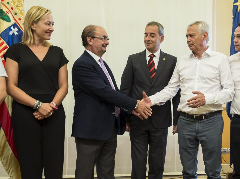 El presidente de Aragón, Javier Lambán y el propietario del grupo Pini, Piero Pini, estrechan su mano, ayer en Zaragoza.