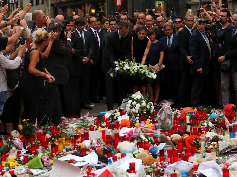 Los Reyes visitan a los heridos y homenajean a las víctimas en Las Ramblas