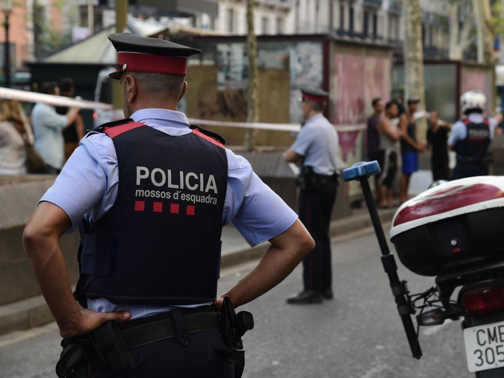 Agentes de los mossos en el lugar del atentado en Barcelona.