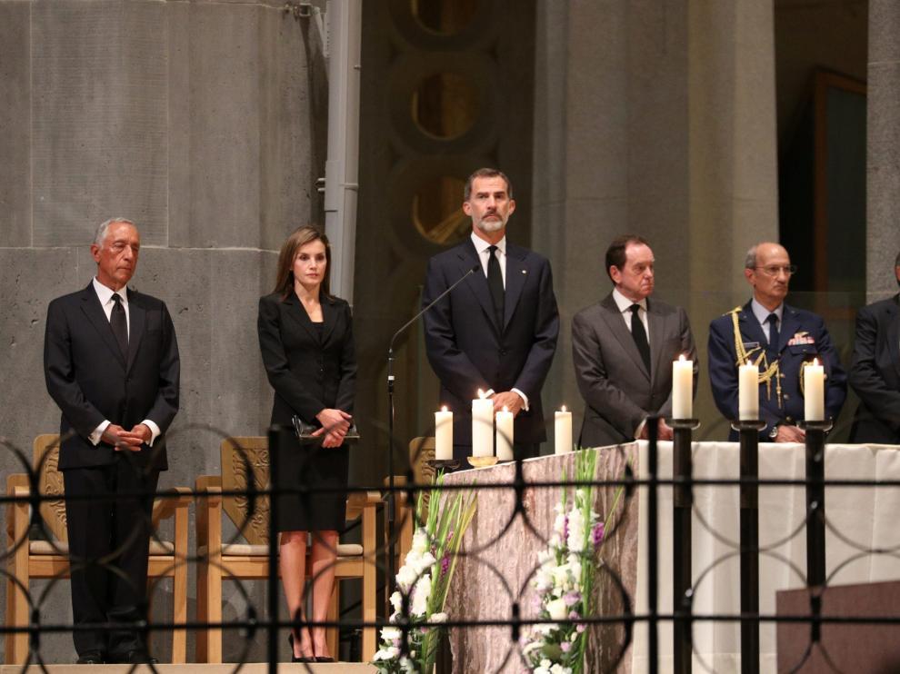 La Sagrada Familia acoge una misa por la paz con los Reyes, Rajoy, su homólogo portugués y Puigdemont