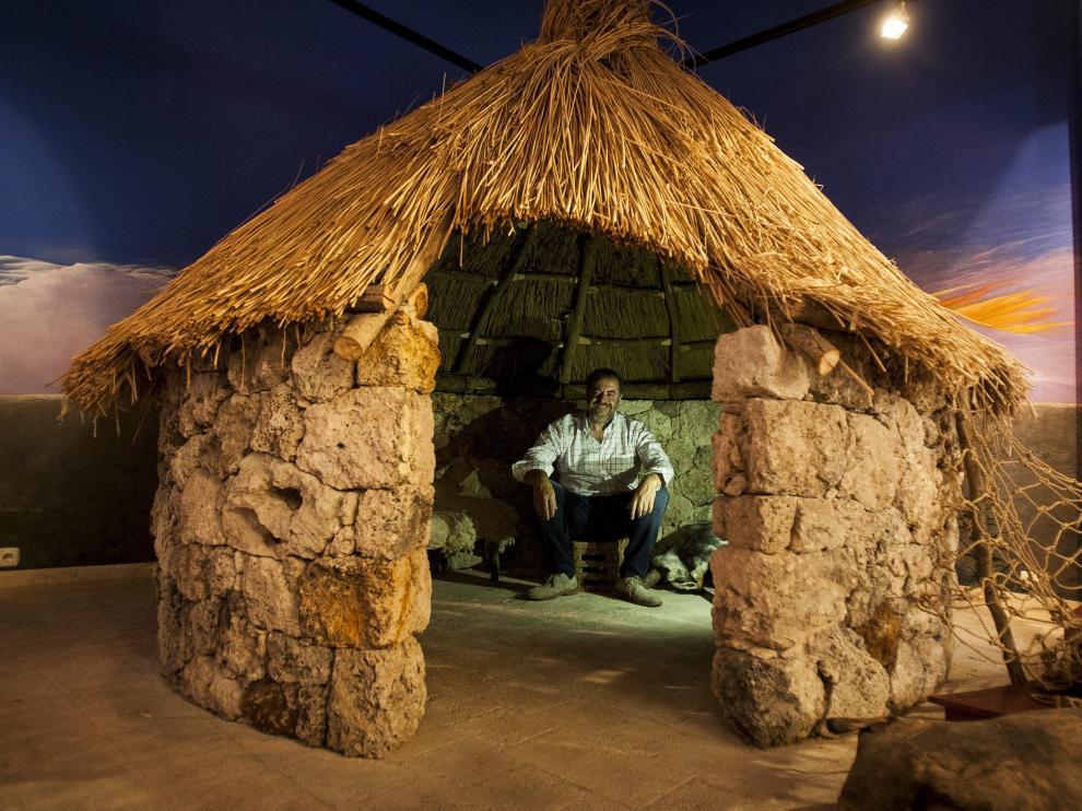 Javier Martínez, dentro del choto de pastores del museo.