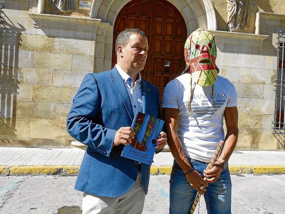 Julio Gracia, concejal de Festejos del Ayuntamiento de Tarazona, con el Cipotegato 2017, ayer en la presentación oficial de las fiestas.