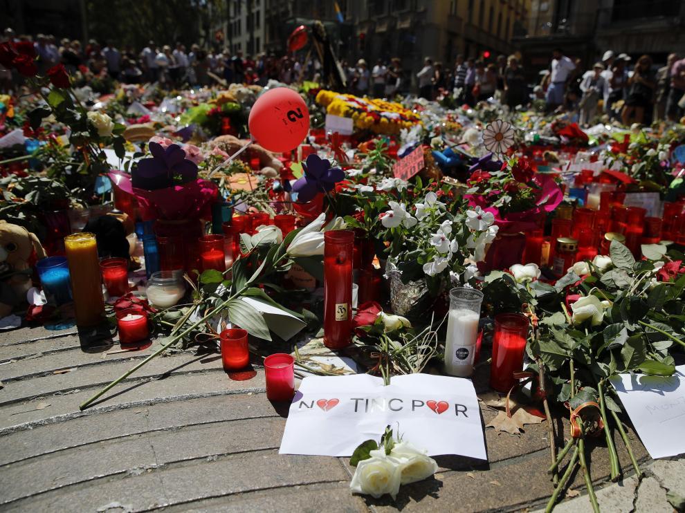 Velas y flores recuerdan a las víctimas de los atentados en La Rambla de Barcelona.