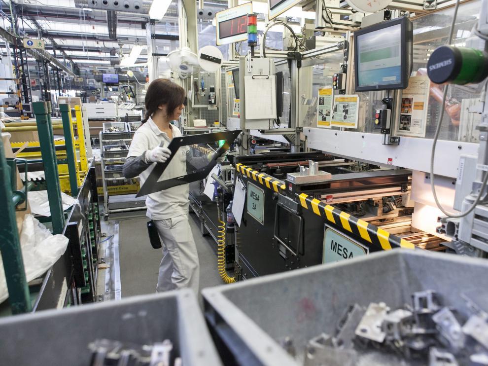 Una operaria, en las instalaciones de BSH Electrodomésticos en Montañana.