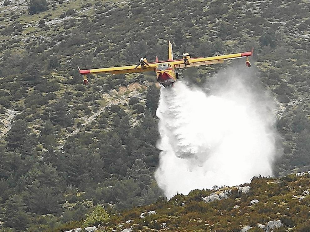 Uno de los hidroaviones del Ministerio descarga el agua que cogía del embalse de Mediano.