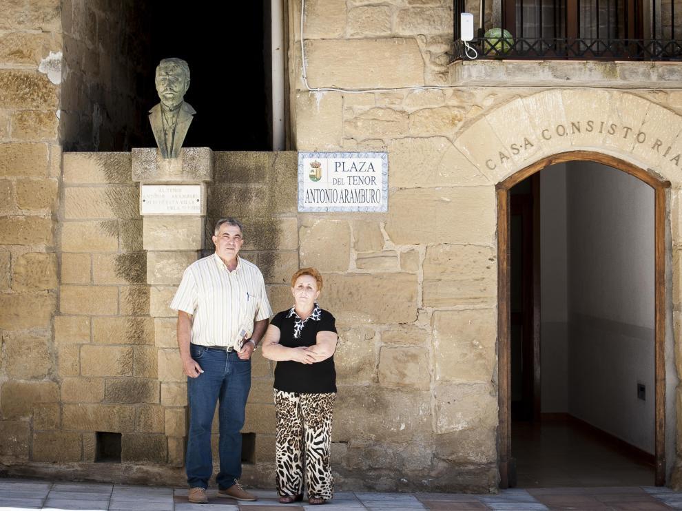 Jesús Sánchez y María Elena Martínez junto al busto de Antonio Aramburo