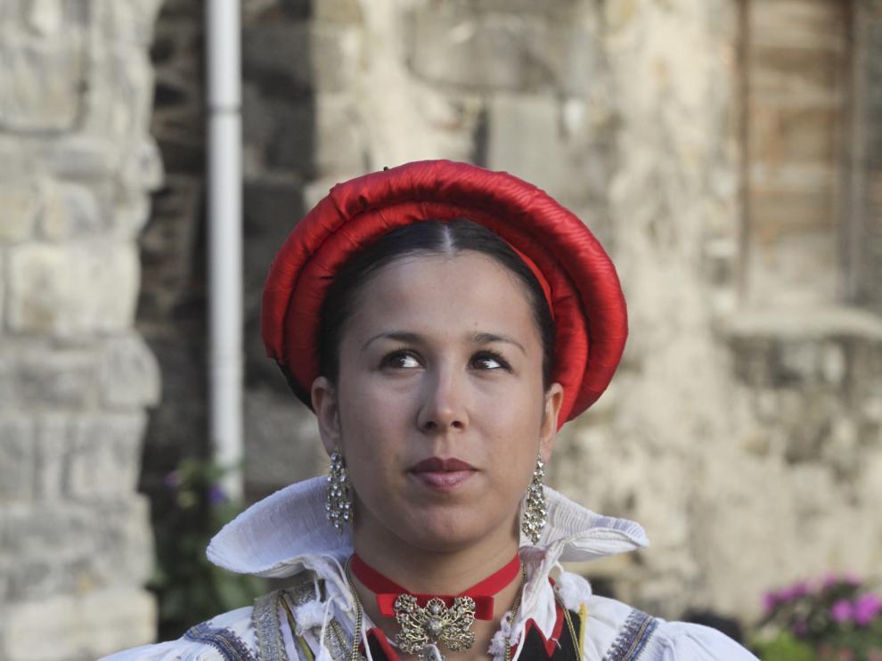 Una mujer con su traje regional ansotano, en una imagen de archivo.