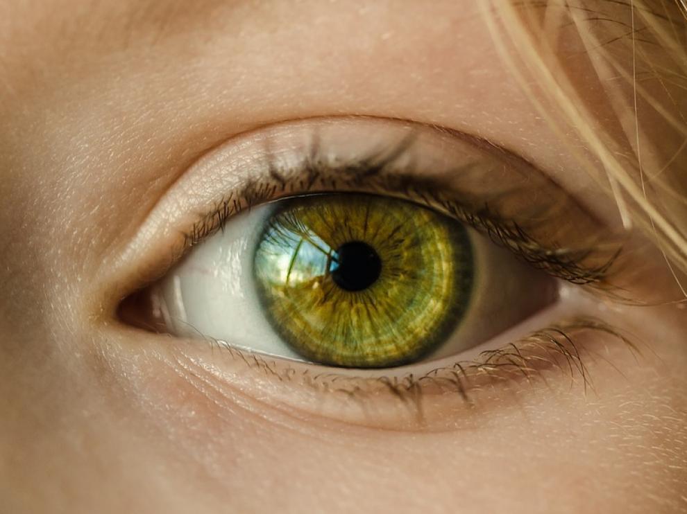 El polvo doméstico, el humo del tabaco o los disolventes favorecen la aparición del síndrome del ojo seco.