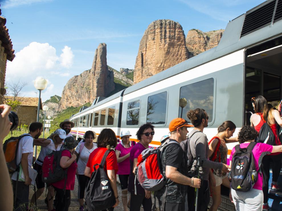 Los viajeros llegan en tren hasta el destino y comienzan el recorrido guiados por un geólogo.