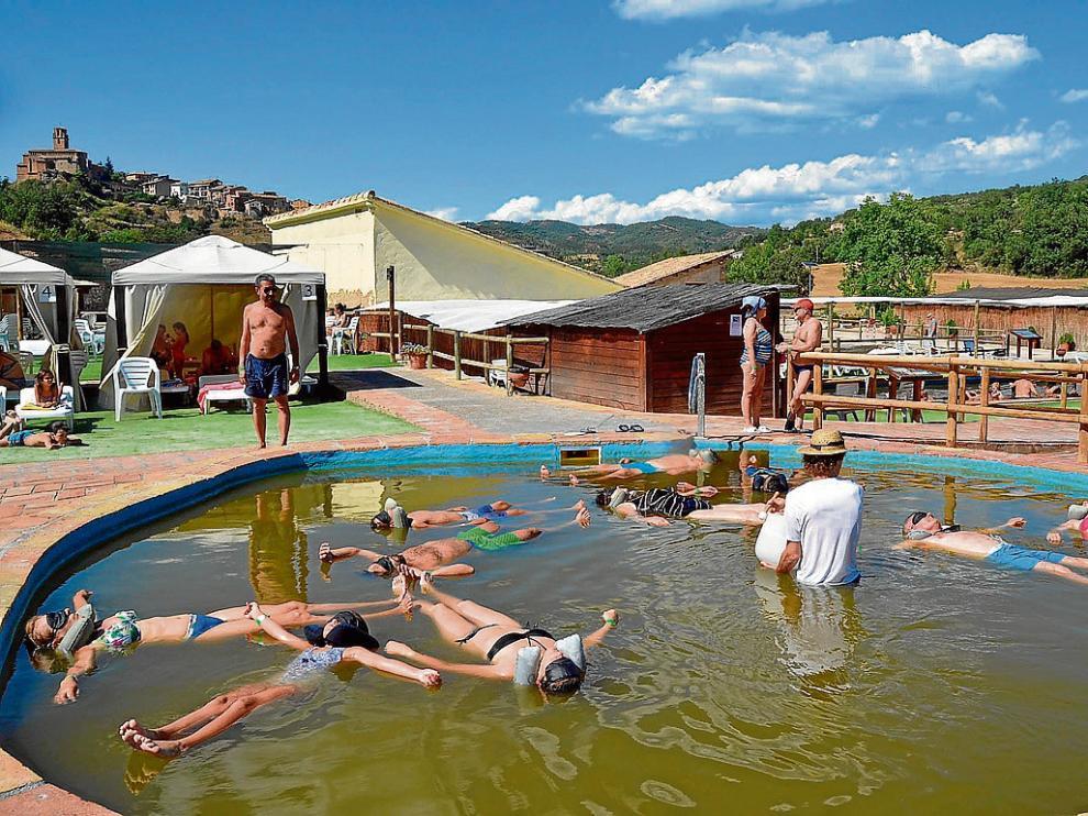 Los bañistas flotan de forma natural por la alta concentración salina, superior a la del Mar Muerto.
