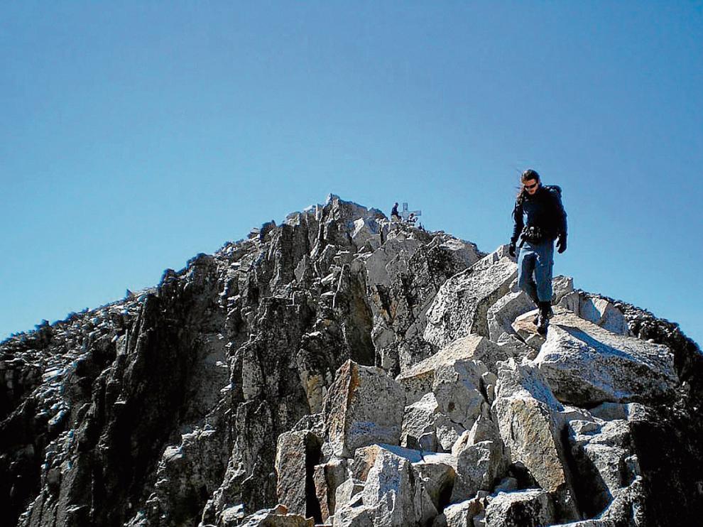Un montañero en el paso de Mahoma, de regreso de la cima del Aneto.