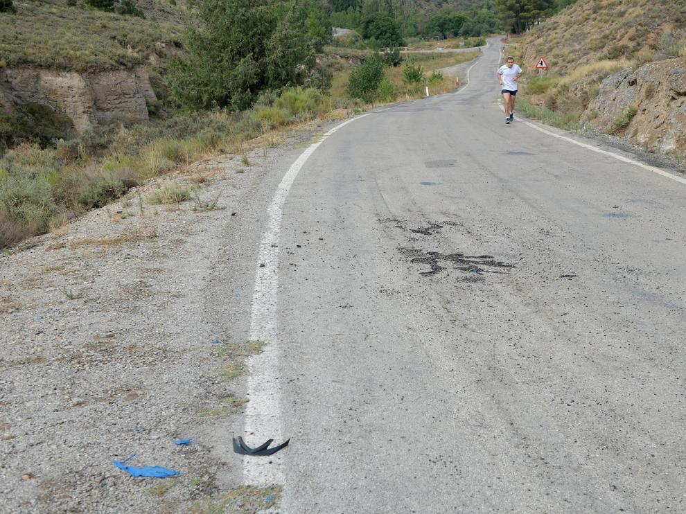 El rayo que alcanzó al ciclista levantó y chamuscó el pavimento de la carretera en el lugar del impacto.