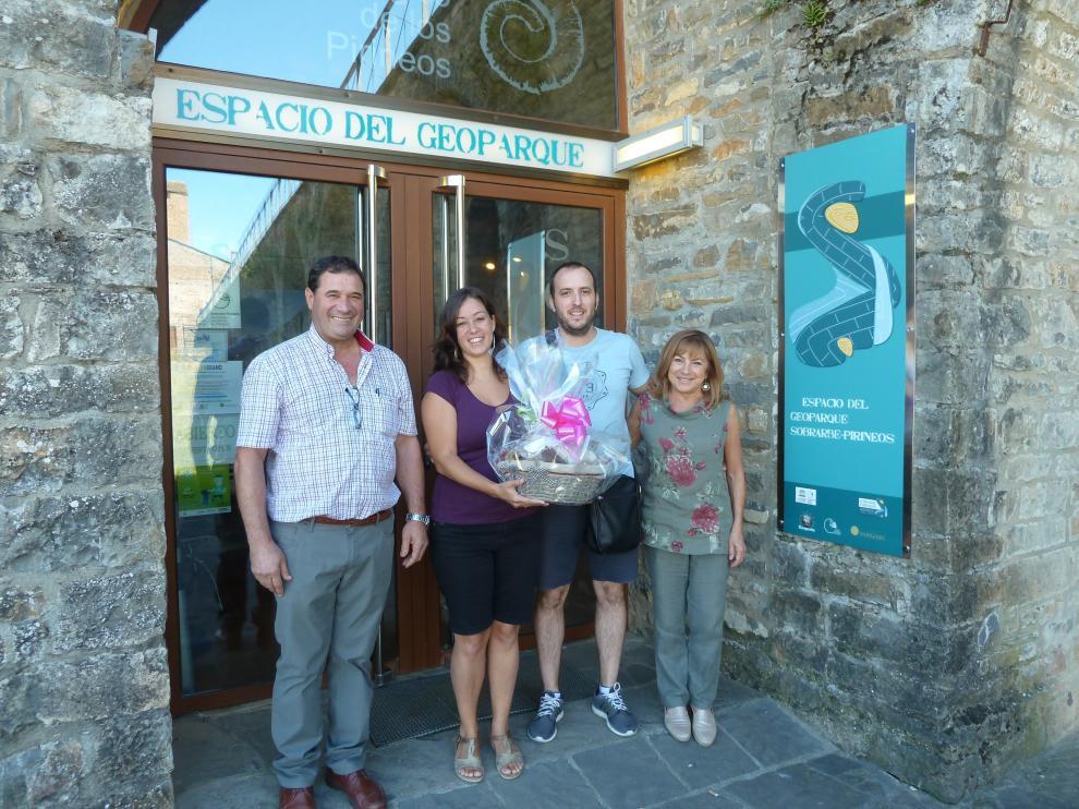 El visitante número 100.000 del Geoparque Sobrarbe.Pirineos recibió un lote de productos de la comarca.