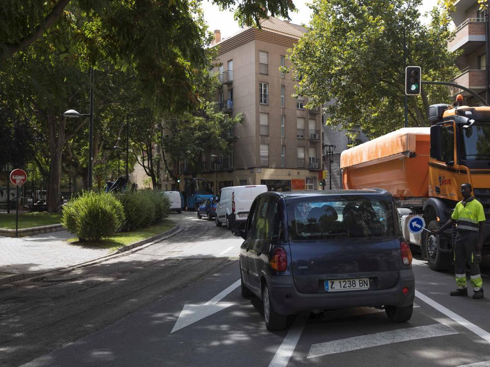 Inicio de la operación asfalto en la confluencia del Coso y la calle de Asalto de Zaragoza.
