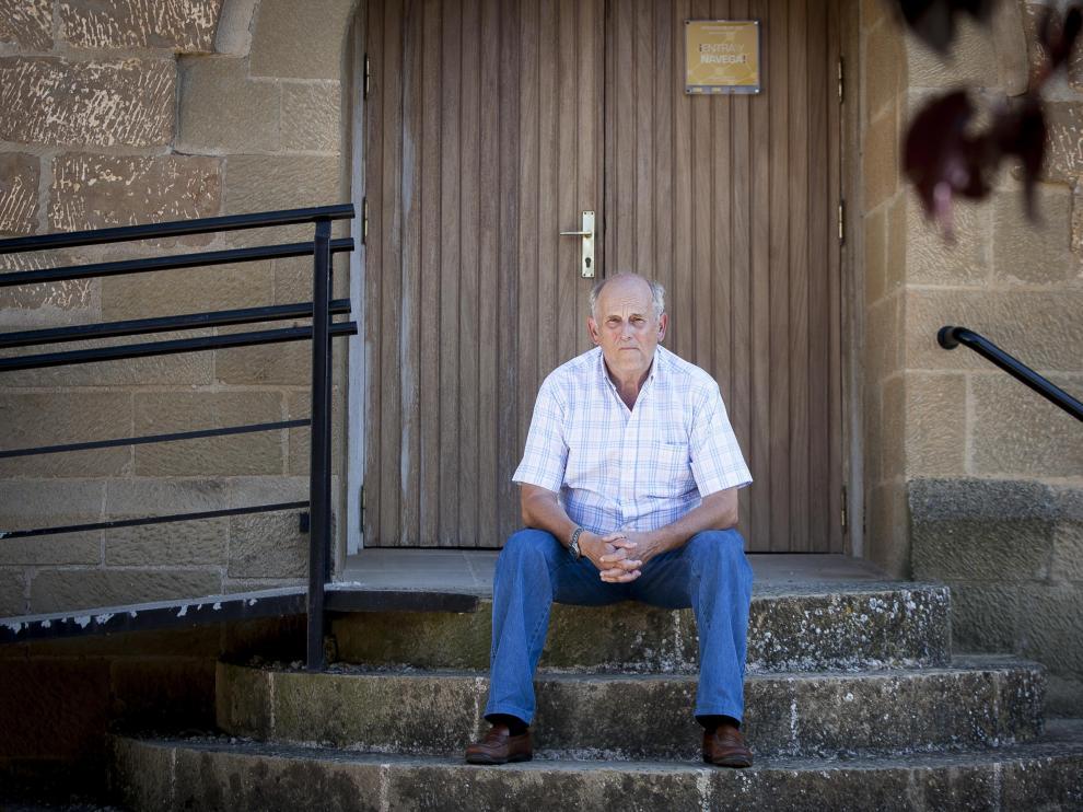 José Antonio Lorés, presidente de Cherada, en la puerta del Castillo de Sangarrén.