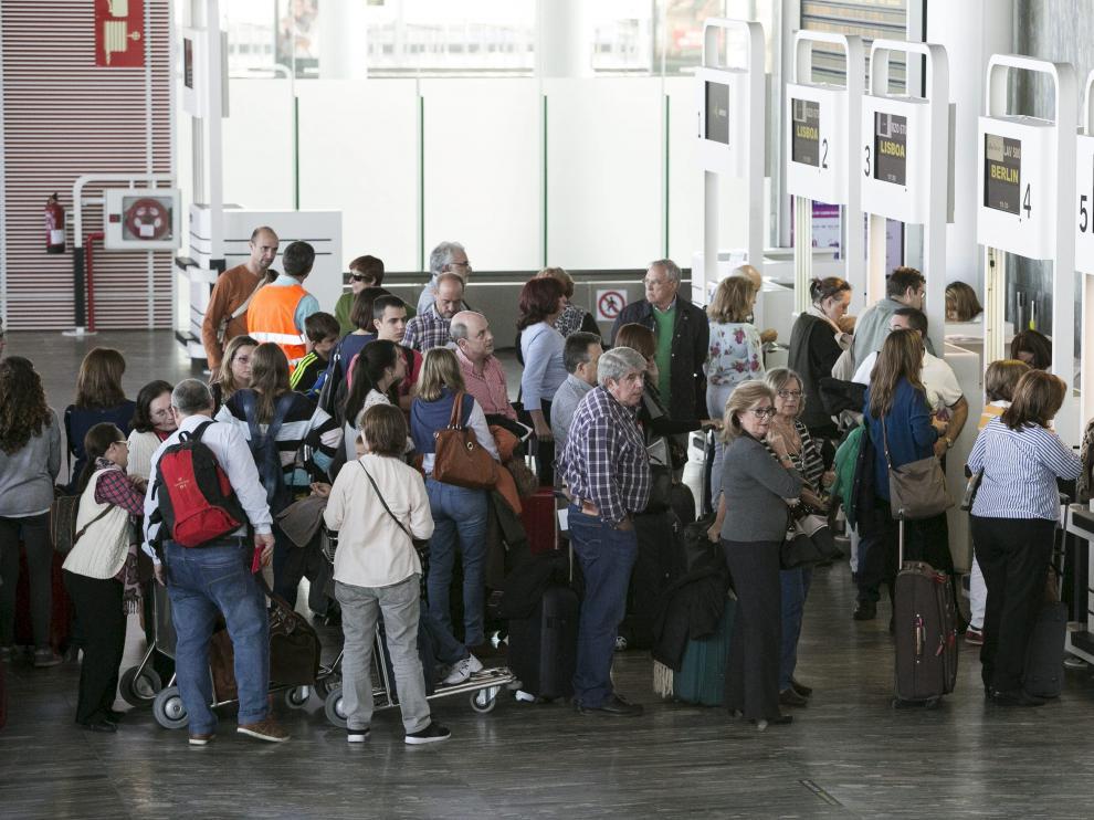 Filas de viajeros esperando en el aeropuerto de Zaragoza.