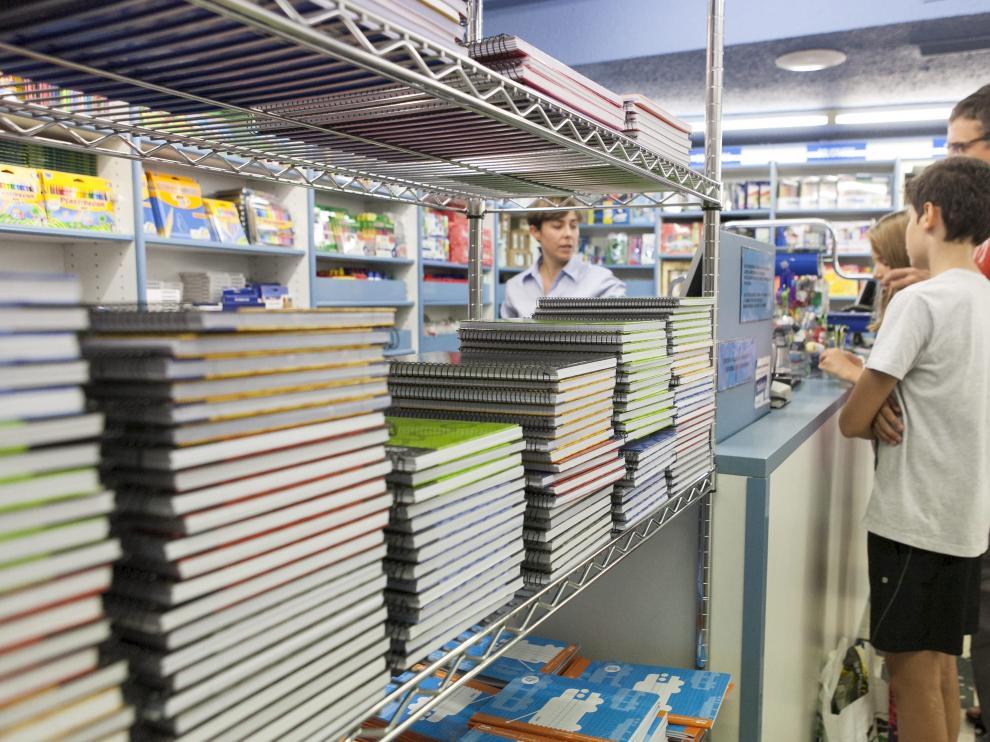 Una familia de Zaragoza compra material escolar en la Librería General de la capital.