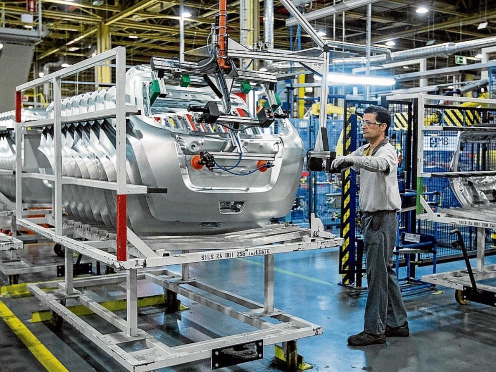 Un operario trabaja en las instalaciones de la planta de Opel Figueruelas, en mayo de 2015.