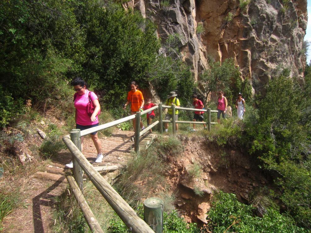 Un grupo de excursionistas recorre el fondo de la Foz de Salinas.