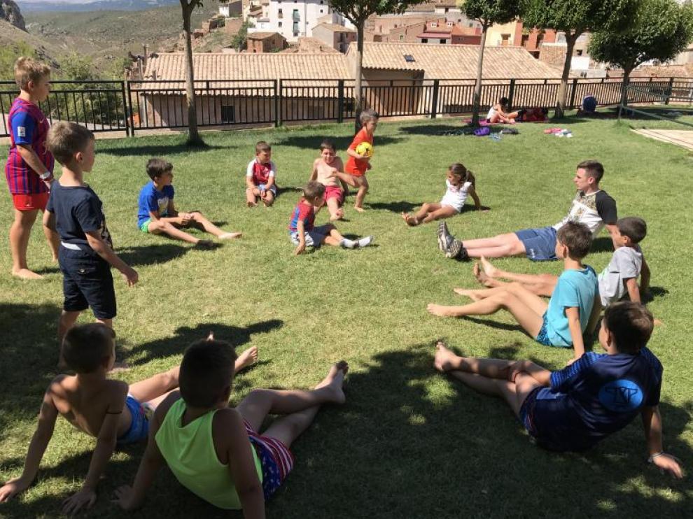 Niños participando en actividades de la ludoteca itinerante.