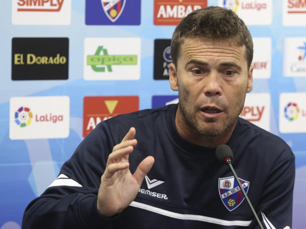 El entrenador del conjunto oscense, en una rueda de prensa.