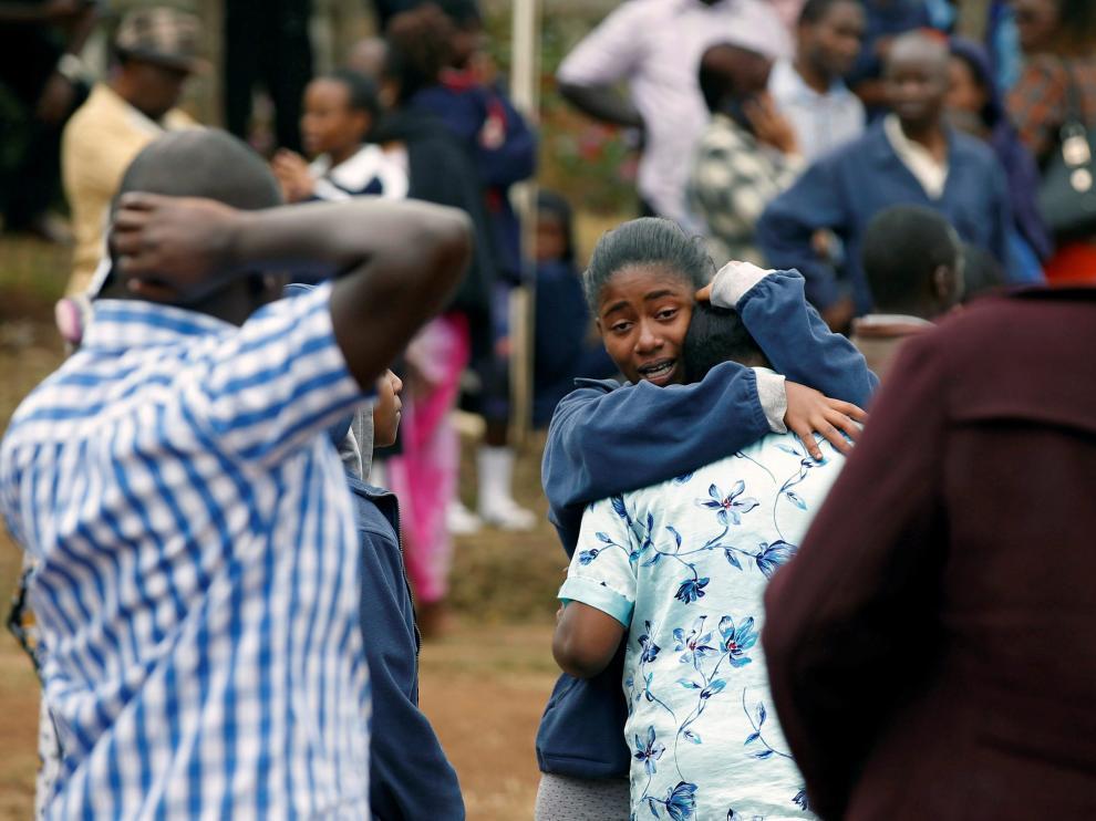 Dos estudiantes se abrazan, tras escapar del incendio