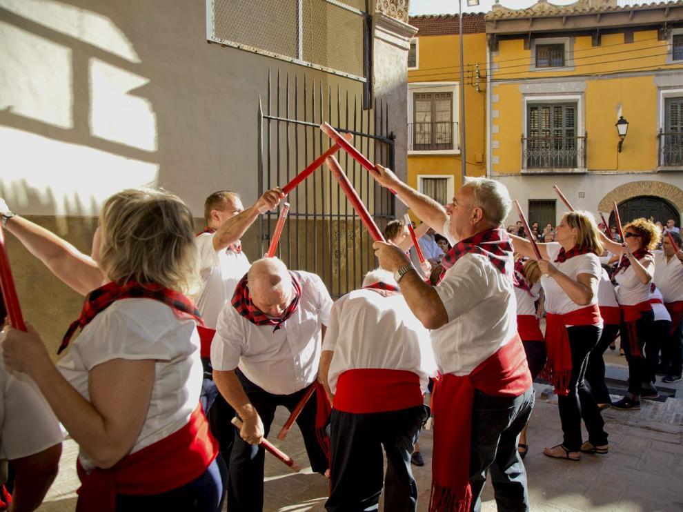 Unos 200 vecinos bailaron el paloteao por las calles de la localidad, que partió y acabó en la iglesia.