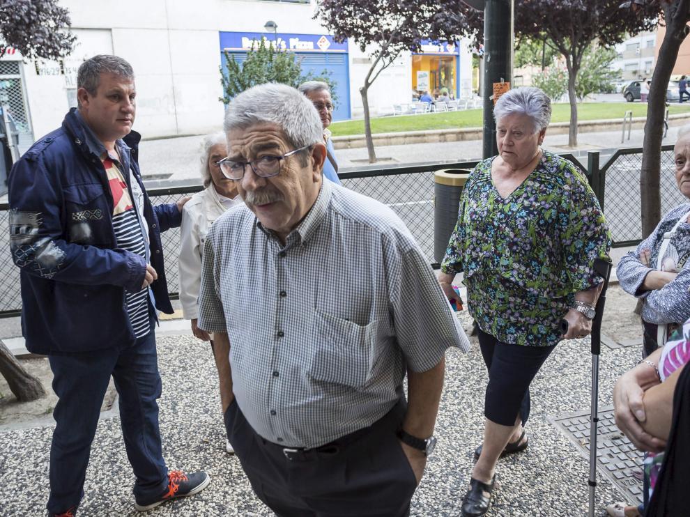 Roque Oriol, víctima del atentado, ayer en la entrada de la parroquia del barrio de Jesús.