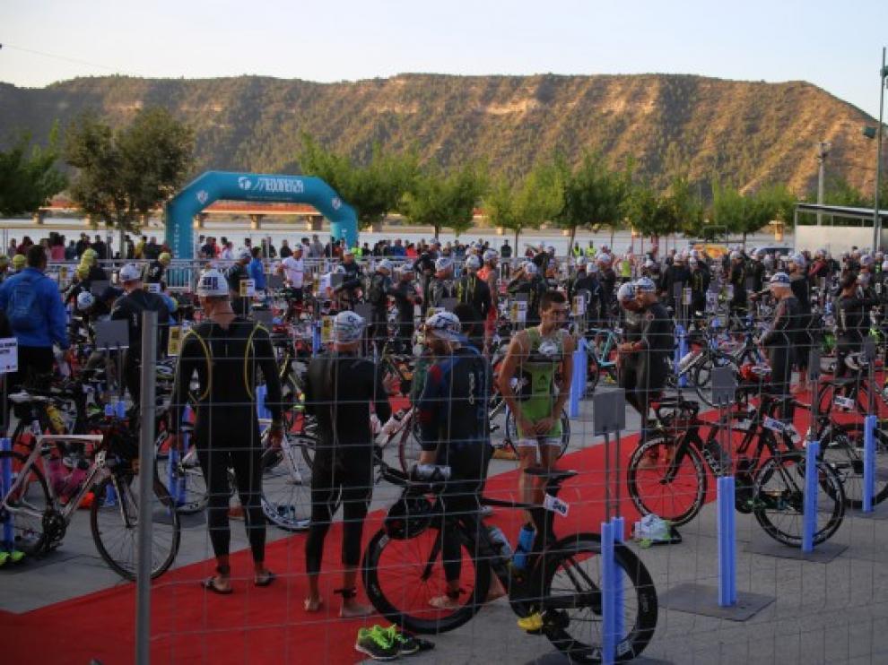 Participantes en el triatlón de Mequinenza.